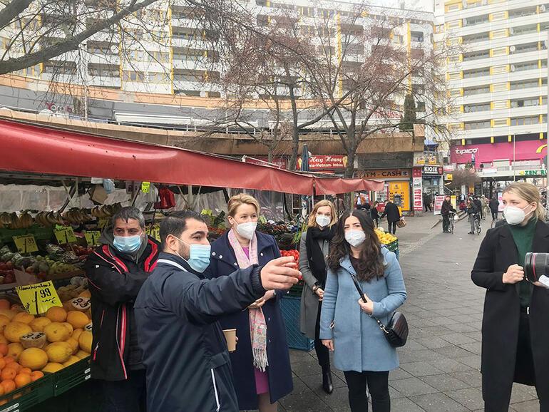 Aile Bakanı Giffey, Türklerin yoğun olarak yaşadığı Kreuzberg'i ziyaret etti