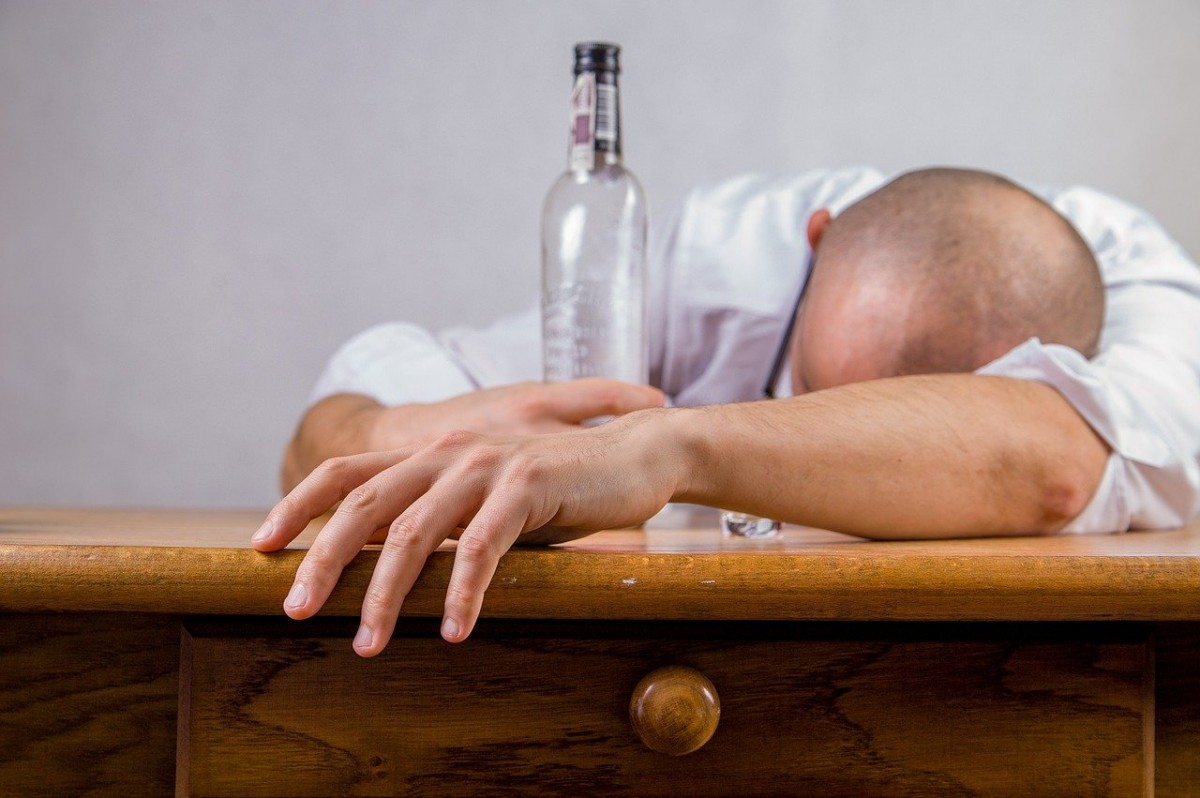 Halka açık alanlarda alkol tüketilmesi yasaklandı!