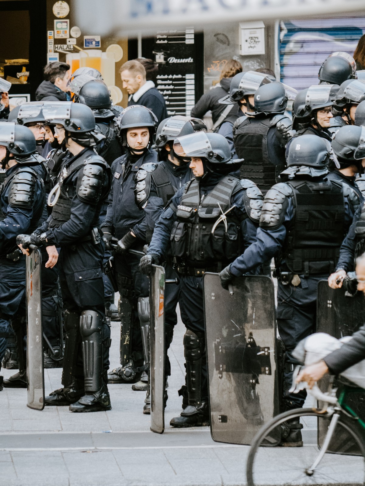 Askerlerden Macron'a uyarı: 'Kaosu engellemezsen iç savaş çıkar'