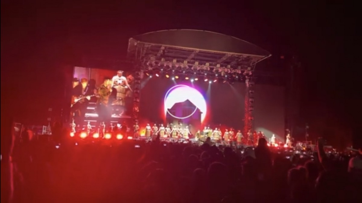 Yeni Zelanda normal hayata döndü! Maskesiz 50 bin kişilik konser