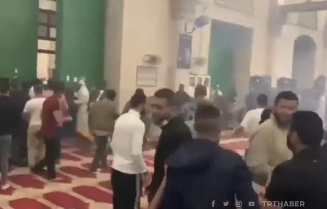 İsrail polisi Mescidi Aksa'da namaz kılan cemaate plastik mermilerle saldırdı