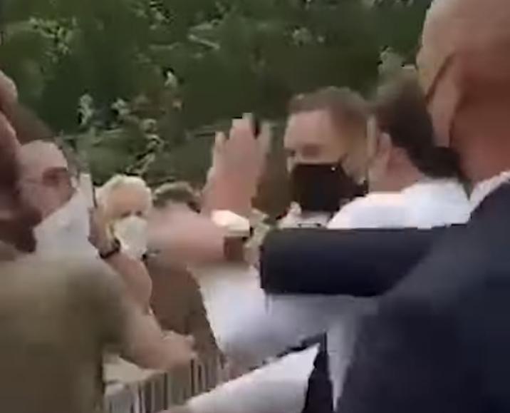 Emmanuel Macron sokakta tokatlandı