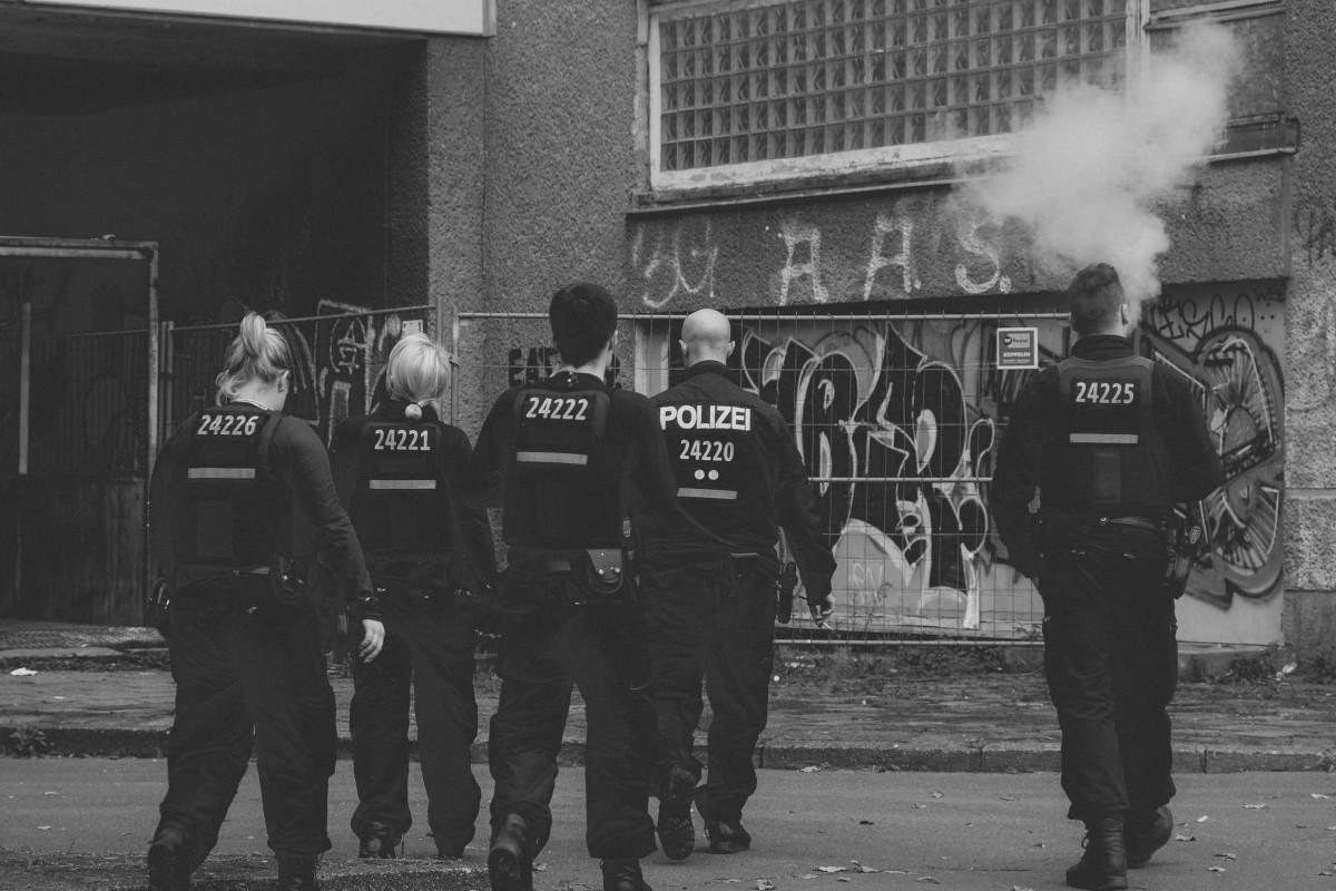 Aşırı sağ örgüt propagandası yapan 20 polis için büroya baskın düzenlendi
