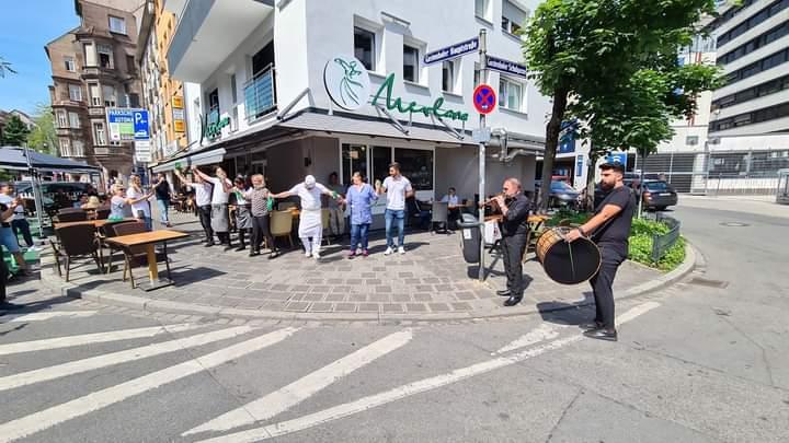 Türk esnaflar yasakların bitmesini oynayarak kutladı