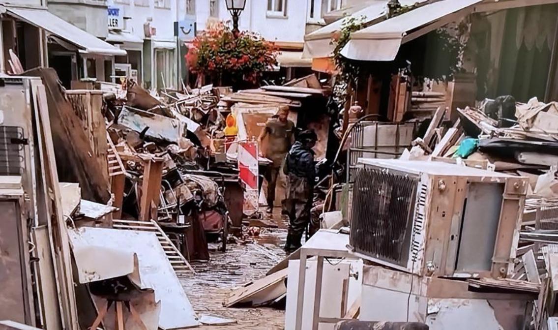 Almanya Sel Felaketinin Bıraktığı Enkazı Kaldırmaya Başladı