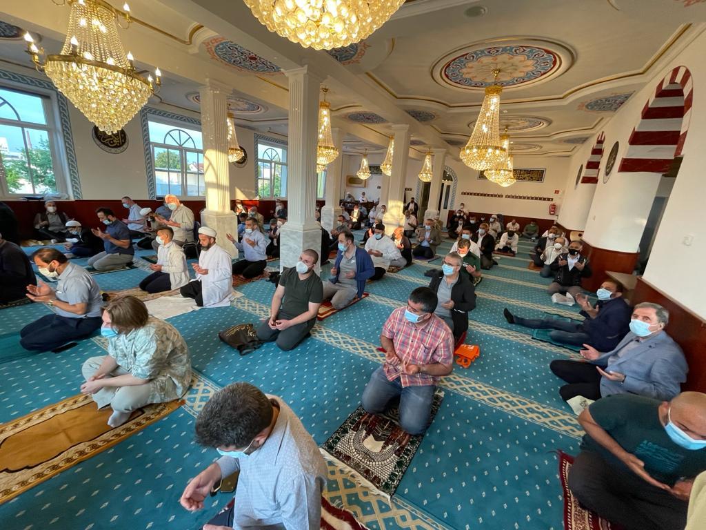 Fatih Camii'nde Afrika'yla Aynı Anda Bayram Sevinci