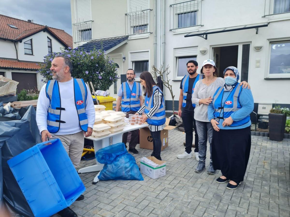 DİTİB gönüllülerinden selzedelere sıcak yemek