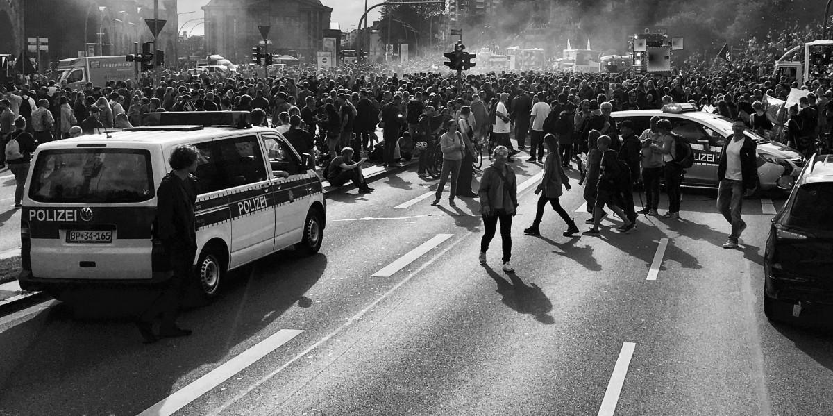Binler Almanya'nın 3G Politikasını Protesto Etti