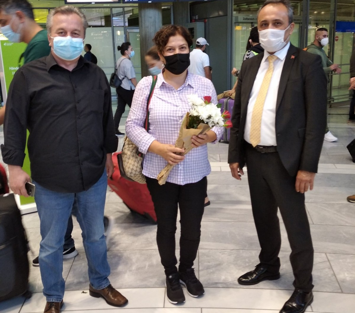 Yeni Türkçe Öğretmenleri Çiçeklerle Karşılandı